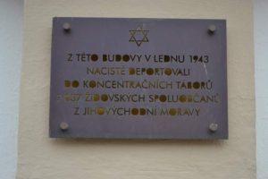 Český spolek přátel Izraele Plaketa-na-budově-gymnázia-300x200 Židovský památník v Uherském Brodě Kultura Zpravodajství