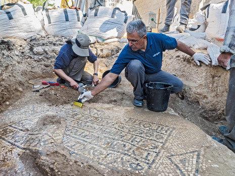 Česká společnost přátel Izraele eretz.czByzantska-mozaika-25.8.17-19e3d2ad1bc160b43ce3fc0e4b19ae56b7a87653 Jeruzalém – u Damašské brány objevena mozaika stará 1500 let Eretz.cz